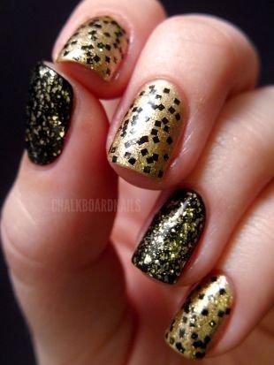 Рисунки фольгой на ногтях, праздничный маникюр в золотисто-черных тонах с блестками на коротких ногтях