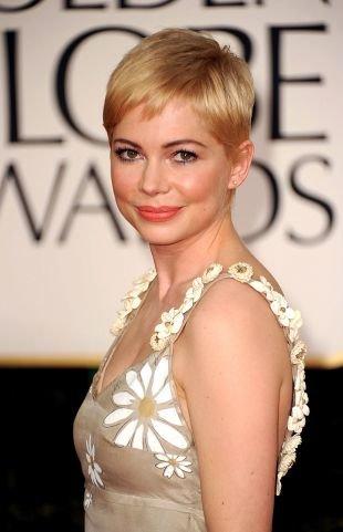 Цвет волос теплый блонд, короткая стрижка гарсон