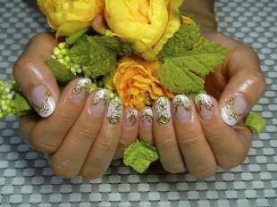 Дизайн ногтей, френч с золотистым узором