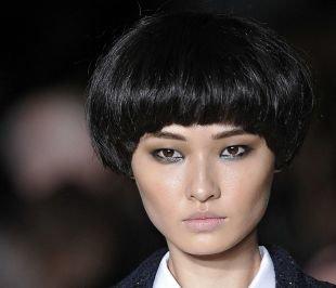 Иссиня-черный цвет волос, стрижка паж на короткие волосы