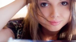 Макияж под очки, макияж для карих глаз в естественных тонах