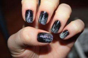 Дизайн ногтей в домашних условиях, темный маникюр с серебрянными блестками на коротких ногтях