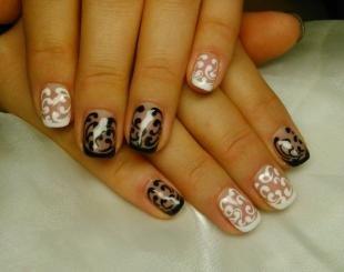 Френч кисс, черно-белый дизайн ногтей с вензелями