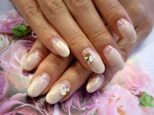 Дизайн ногтей с блестками, свадебный маникюр лунный прозрачный френч со стразами и перламутровой полосочкой