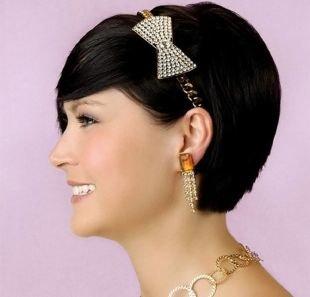Праздничные прически на короткие волосы, элегантное короткое каре с косой челкой