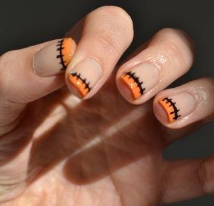 Обрезной маникюр, оранжевый френч с рисунком