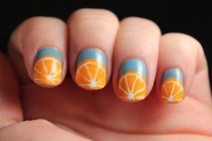 Яркий маникюр, рисунок в виде апельсинов на коротких ногтях