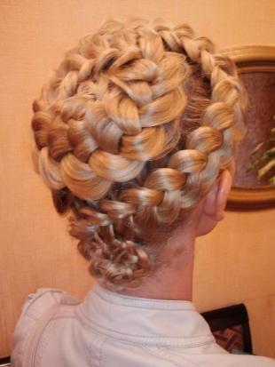 """Цвет волос медовый блонд, праздничная прическа """"корзинка из кос"""""""