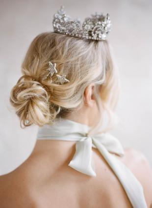 Песочный цвет волос, свадебная прическа с короной