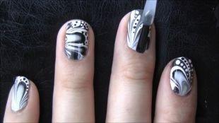 Дизайн коротких ногтей, черно-белый водный маникюр