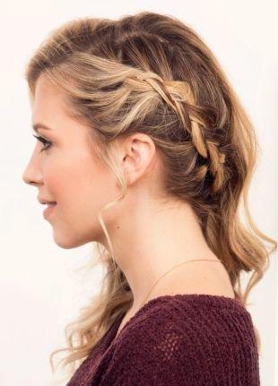 Коричневый цвет волос, бохо-укладка распущенных волос с тонкой косичкой сбоку головы