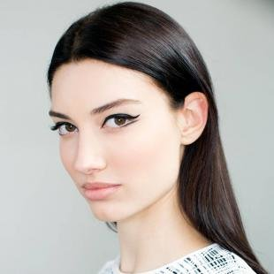 Дневной макияж для брюнеток, двойные стрелки на глазах
