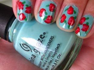 Нежные рисунки на ногтях, голубой маникюр с красными розами