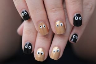 Простой дизайн ногтей, золотисто-черный маникюр с глазками