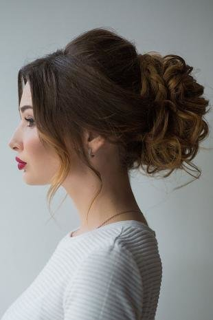Шоколадно коричневый цвет волос, свадебная прическа - объемный пучок с косами и локонами