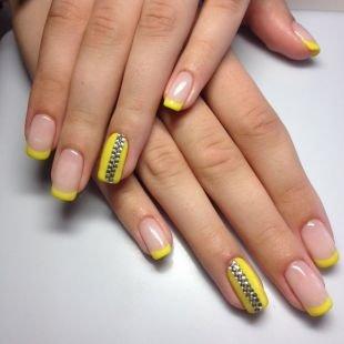 Дизайн гелевых ногтей, желтый френч со стразами
