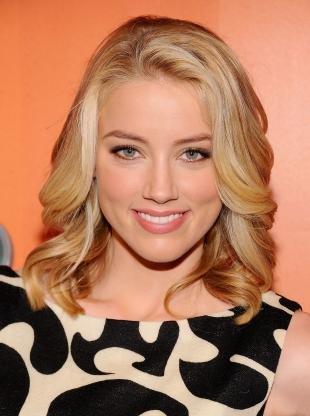 Цвет волос медовый блонд, прическа с красивыми локонами
